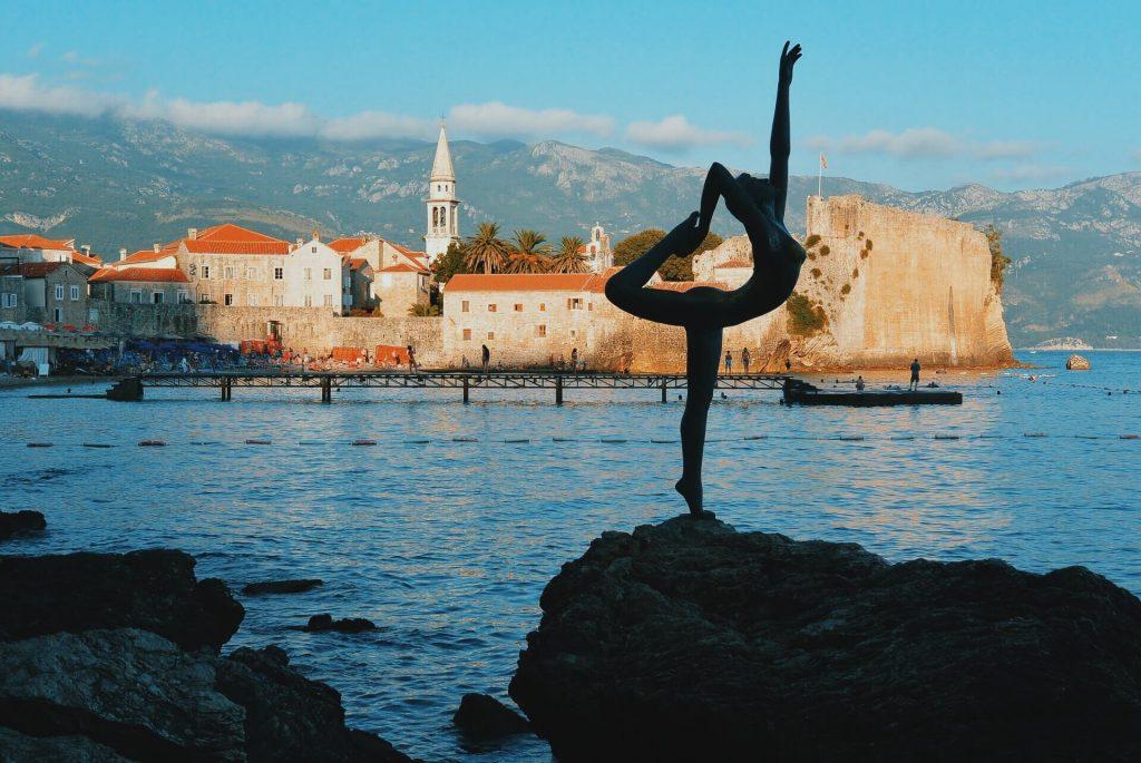 budva-dans-eden-kız-heykeli